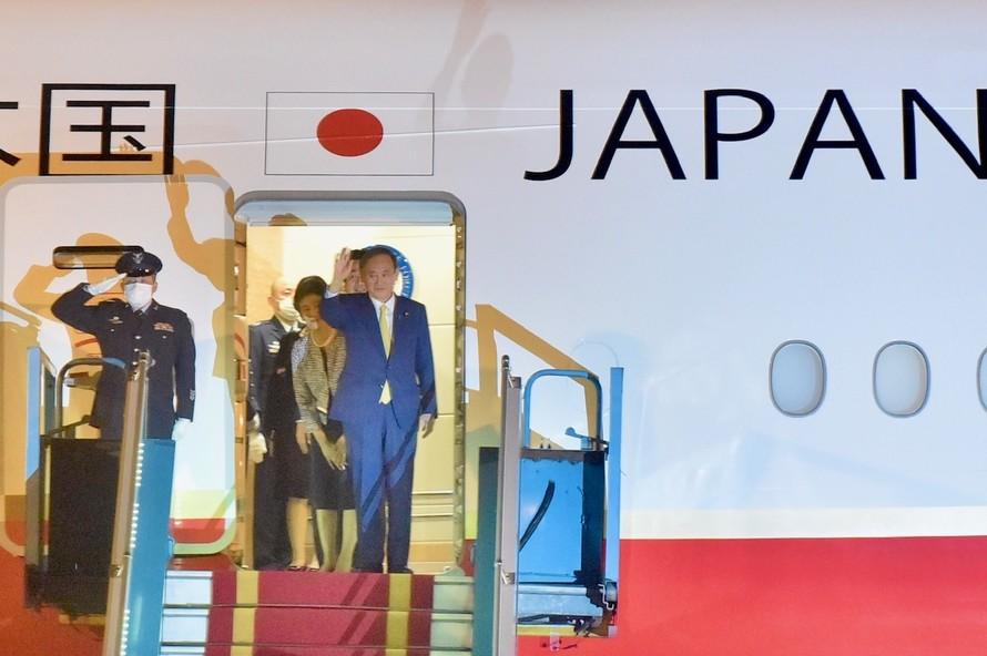 Thủ tướng Nhật Bản Suga Yoshihide tới sân bay Nội Bài, bắt đầu chuyến thăm chính thức Việt Nam. Ảnh: VGP/Nhật Bắc