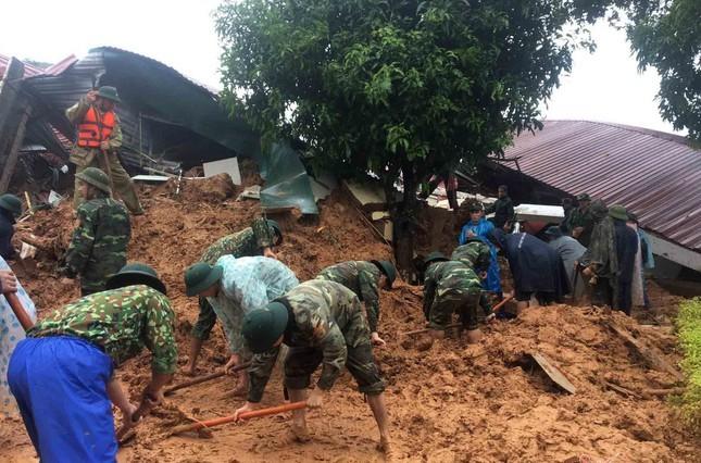 Lực lượng cứu hộ đang gấp rút tìm kiếm những thi thể cuối cùng.