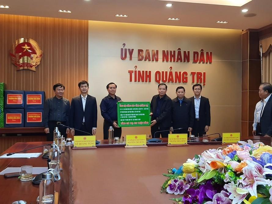 Tập đoàn Masan đồng hành cùng Bộ NN&PTNT trao tặng 6 tấn thịt viên cho bà con vùng lũ. Ảnh: BNEWS/TTXVN
