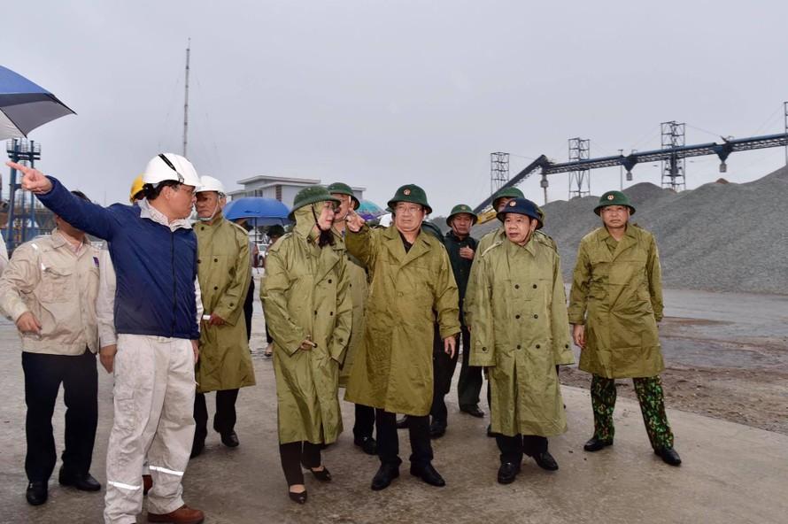 Phó Thủ tướng Trịnh Đình Dũng: Đến 19 giờ tối nay (27/10) Quảng Ngãi phải hoàn thành công tác sơ tán người dân. Ảnh: VGP/Nhật Bắc