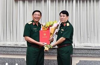 Đại tướng Lương Cường trao quyết định và chúc mừng Trung tướng Huỳnh Chiến Thắng.
