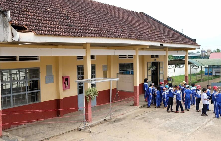 Hiện vẫn còn lớp 3A2 với 33 học sinh phải học tại phòng còn lại của dãy nhà này, tiềm ẩn nhiều nguy cơ mất an toàn. (Ảnh: Nguyễn Dũng/TTXVN)