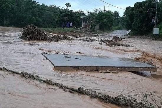 Mưa lũ gây thiệt hại nặng nề cho các tỉnh miền Trung. Ảnh: Lao Động