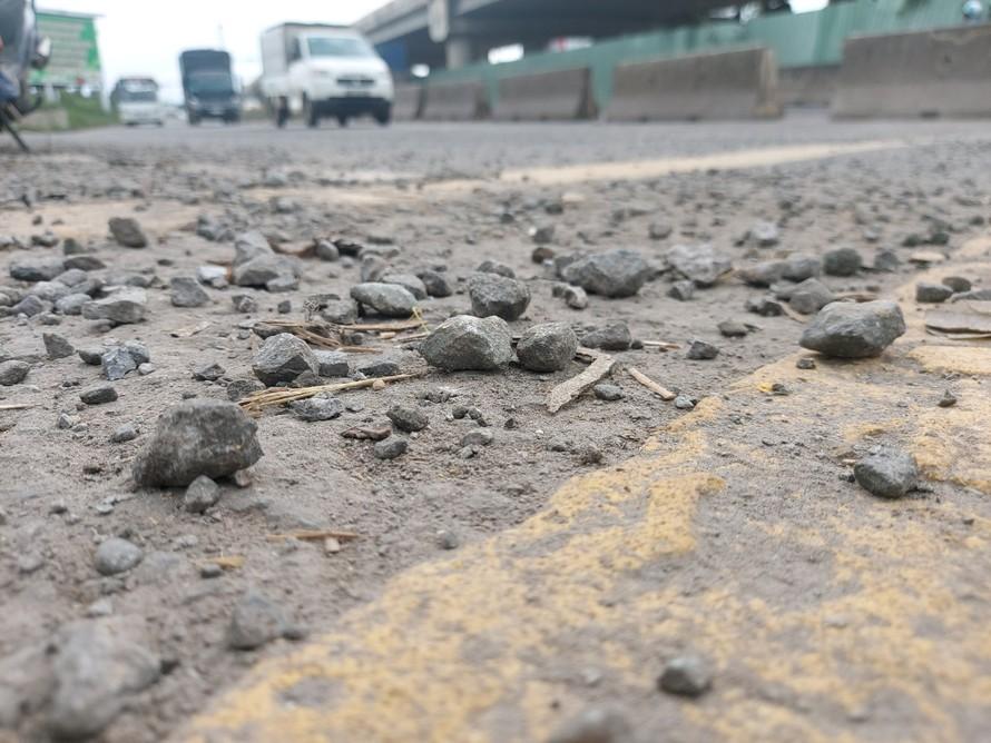 Đã có hàng chục người té vì trợt đá 1x2 trôi nổi trên mặt đường. Ảnh: Xuân Thời