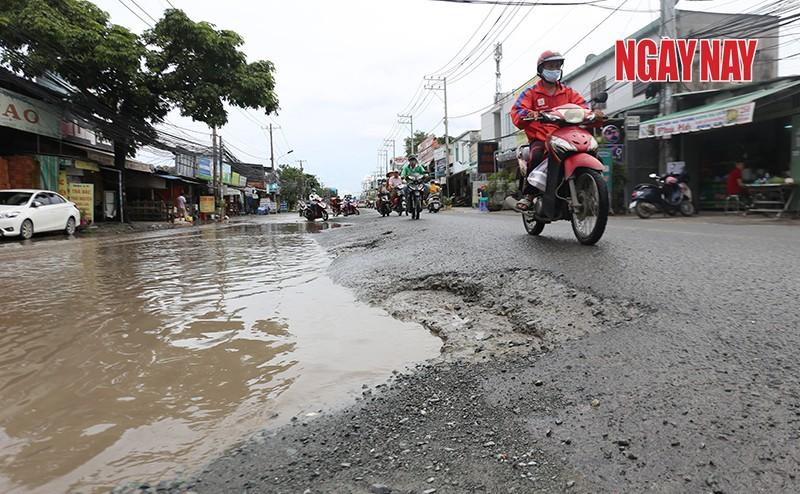 Người dân mong đường Lương Định Của sớm được sửa chữa để đảm bảo an toàn giao thông. Ảnh: Trần Anh Ngọc