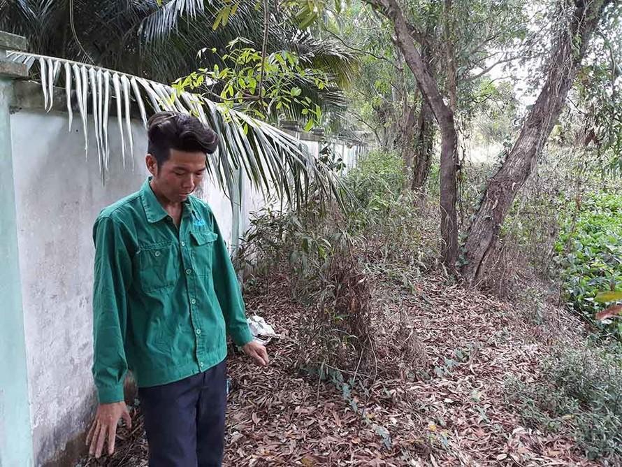 Anh Lê Minh Cảnh chỉ khu chôn cất các thai nhi