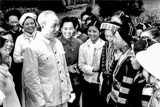 Chủ tịch Hồ Chí Minh và đồng bào các dân tộc