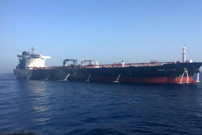 Tàu chở dầu Front Altair sau khi bốc cháy ở Vịnh Oman