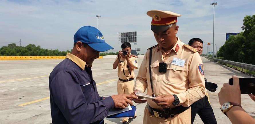 CSGT dừng xe kiểm tra giấy tờ của lái xe container trên tuyến cao tốc Hà Nội - Hải Phòng. Ảnh: Văn Huế.