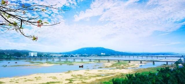 Toàn cảnh sông Trà Khúc, xa xa là núi Thiên Ấn (Ảnh: Báo Quảng Ngãi)