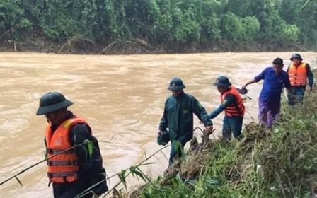 Cán bộ, chiến sĩ Bộ Chỉ huy quân sự tỉnh Thanh Hóa tìm kiếm người mất tích dọc sông Luồng ở huyện Quan Sơn. (Ảnh: Báo Thanh Hóa).