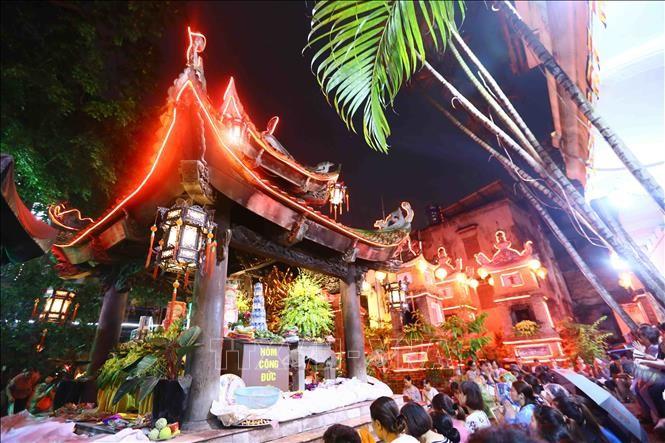 Người dân tham gia lễ cầu an, báo hiếu tại chùa Phúc Khánh (Hà Nội). Ảnh: Quang Quyết/TTXVN