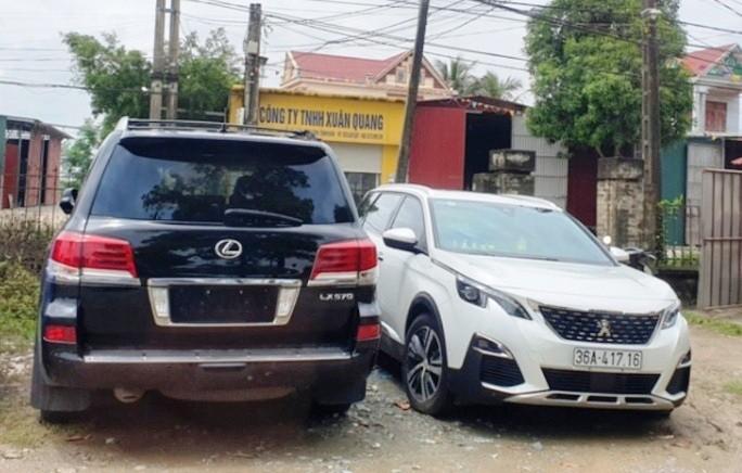 Lexus 570, mang BKS: 36A – 299.99 (đã tháo bỏ biển) và Peugeot mang BKS 36A – 417.16 đang bị công an tạm giữ.