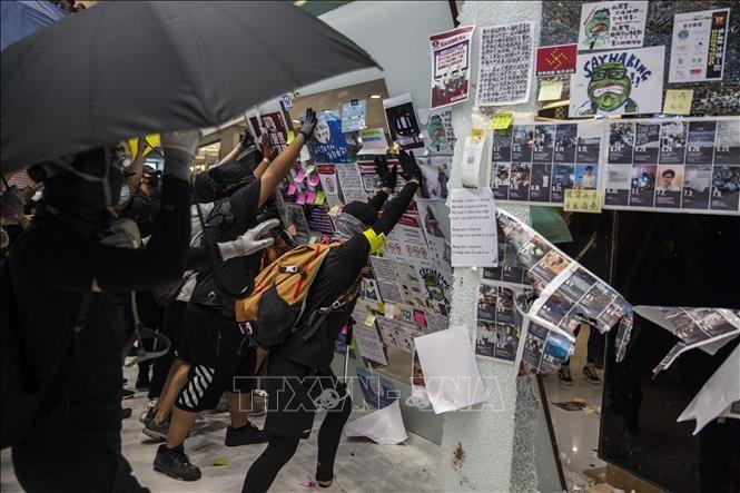 Người biểu tình quá khích phá hoại tại một trung tâm thương mại ở Sha Tin, Hong Kong (Trung Quốc) ngày 22/9/2019. Ảnh: AFP/TTXVN