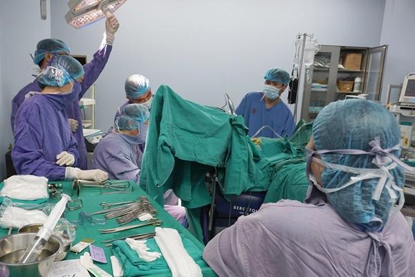 Ngoài cắt lọc búi trĩ hoại tử, bác sĩ cũng đã phải cắt bỏ vùng hậu môn của bệnh nhân