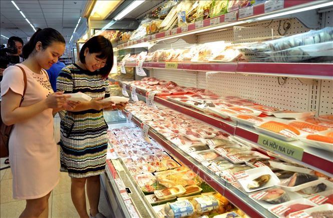 Người tiêu dùng mua thịt lợn tại siêu thị Hapro Mart Thanh Xuân, Hà Nội. Ảnh: Đỗ Phương Anh/TTXVN