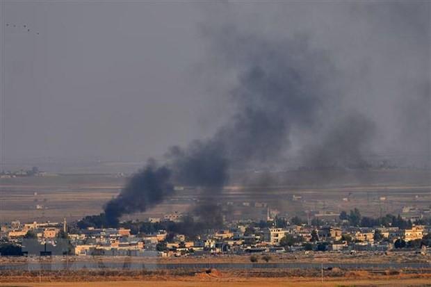 Khói bốc lên từ thành phố Ras al-Ain của Syria sau cuộc tấn công của quân đội Thổ Nhĩ Kỳ ngày 10/10/2019. (Nguồn: THX/ TTXVN)