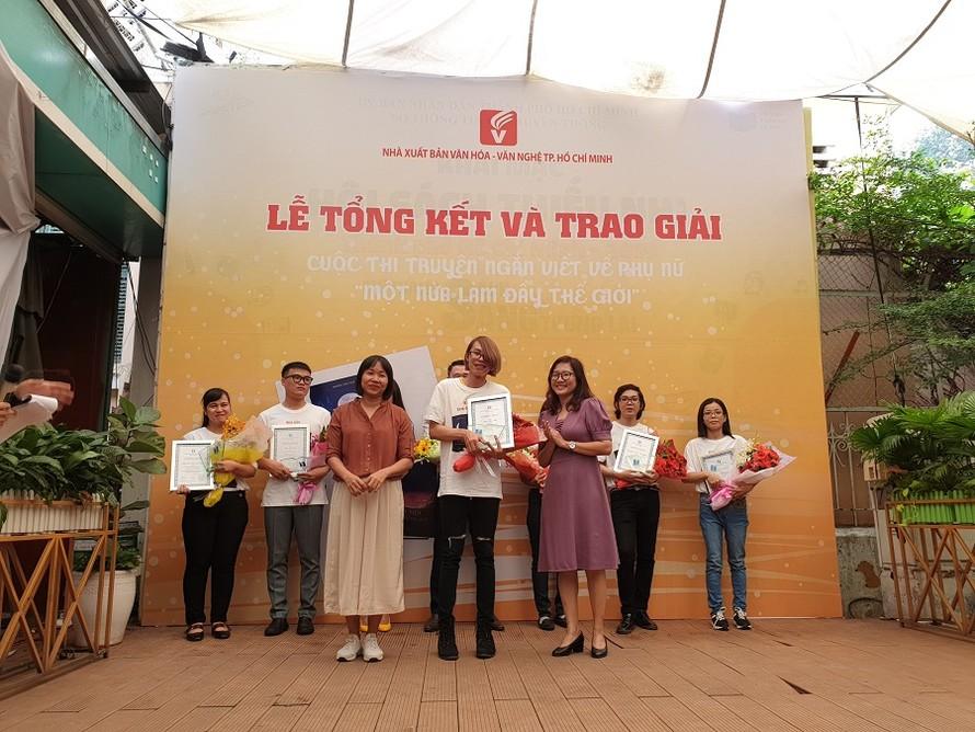 Nhà văn Nguyễn Ngọc Tư trao giải cho tác giả đoạt giải. Ảnh: Đoàn Xá