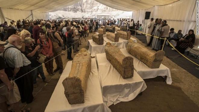 Các quan tài vừa được khai quật hôm 19/10. Ảnh: AFP