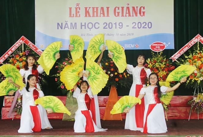 Nhờ tuyển đủ chỉ tiêu từ sớm, nên năm nay nhiều trường nghề tổ chức khai giảng năm học mới sớm hơn các năm trước. Ảnh lễ Khai giảng của Trường Cao đẳng Kỹ thuật Việt Đức - Hà Tĩnh.