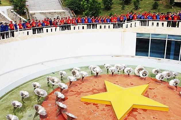 """Các đại biểu Hành trình """"Tôi yêu Tổ quốc tôi"""" và thanh niên tiêu biểu tỉnh Khánh Hòa tưởng nhớ 64 anh hùng liệt sĩ đã hy sinh để bảo vệ chủ quyền biển đảo thiêng liêng tại Gạc Ma."""