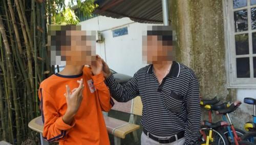 Phụ huynh từ Nghệ An đến thăm con ở cơ sở Đông Anh, Hà Nội. Ảnh: Lê Đăng