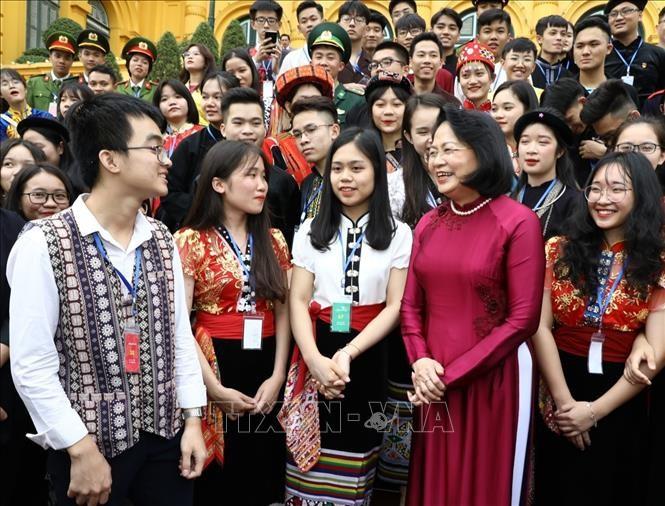 Phó Chủ tịch nước Đặng Thị Ngọc Thịnh và các đại biểu học sinh, sinh viên, thanh niên dân tộc thiểu số xuất sắc, tiêu biểu năm 2019. Ảnh: TTXVN