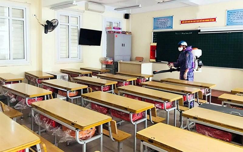 Vệ sinh, phun thuốc khử khuẩn đợt 3 tại Trường tiểu học Thăng Long (Hoàn Kiếm, Hà Nội).