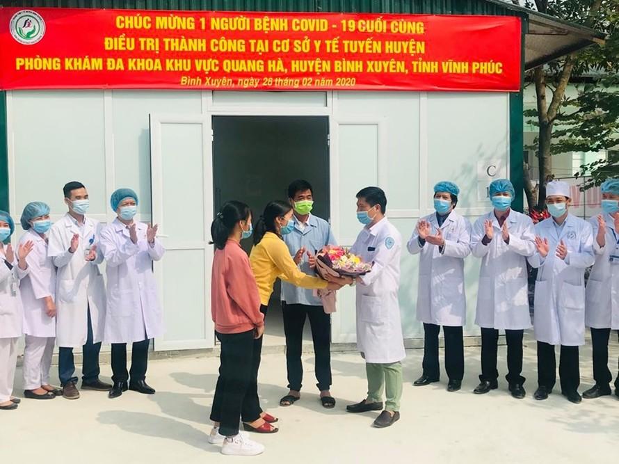 Gia đình bệnh nhân tặng hoa cảm ơn các bác sĩ trực tiếp điều trị tại phòng khám đa khoa khu vực Quang Hà
