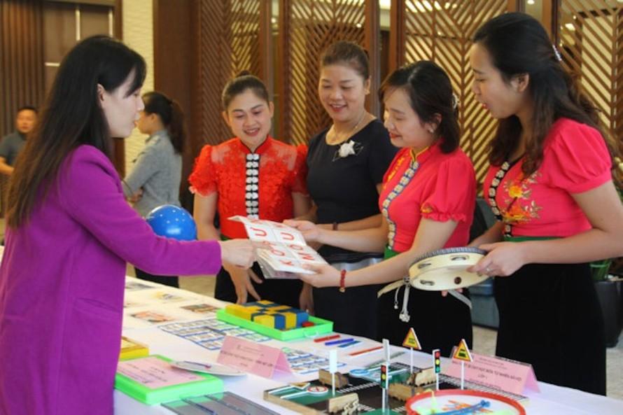 Giáo viên tỉnh Sơn La tham khảo các bộ thiết bị dạy học tại một hội thảo giới thiệu SGK lớp 1 theo Chương trình GDPT 2018.