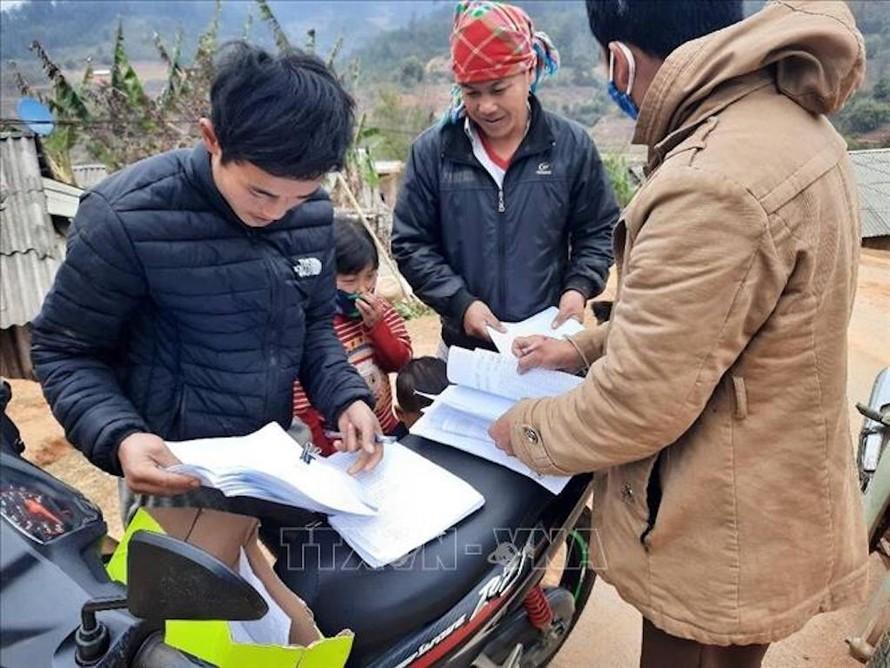 Cán bộ các ngành ở huyện Mù Cang Chải (Yên Bái) đến từng thôn, bản để tuyên truyền tình hình dịch COVID-19.