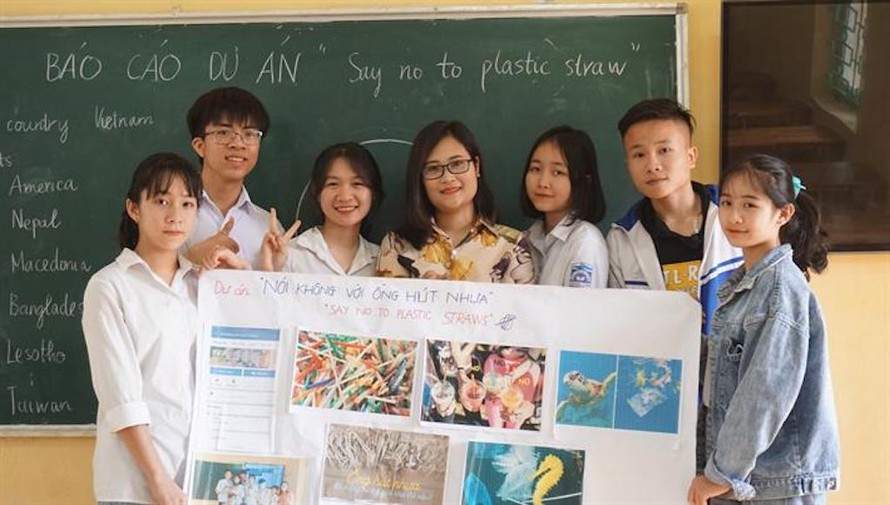 Cô giáo Hà Ánh Phượng và các học sinh Trường THPT Hương Cần, huyện Thanh Sơn, tỉnh Phú Thọ.