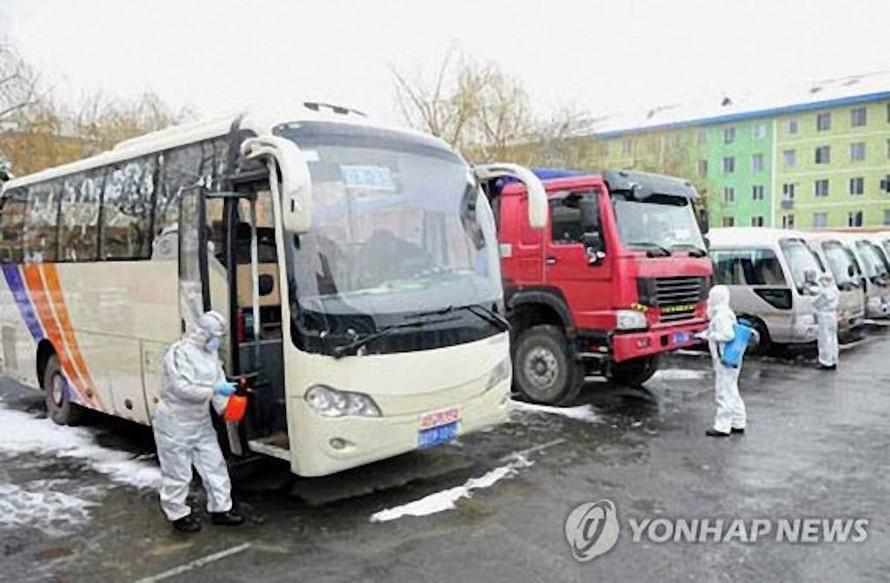 Triều Tiên khử trùng các phương tiện giao thông ở phía Bắc tỉnh Jagang hôm 8/3. Ảnh: Yonhap News