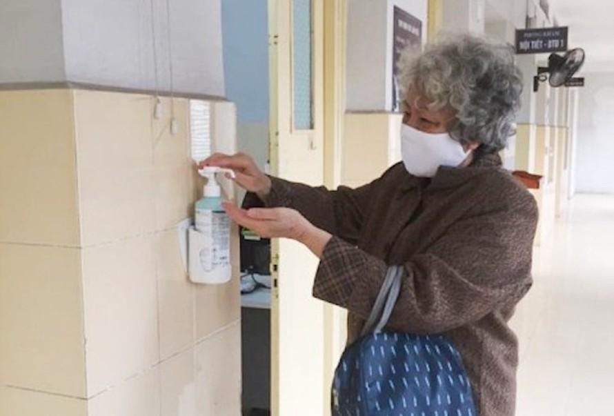 Bệnh nhân được hướng dẫn sát khuẩn tay trước và sau khi đến khám tại Bệnh viện Hữu Nghị.