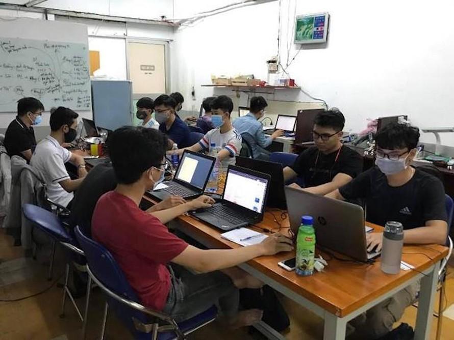 Sinh viên ĐH Sư phạm kỹ thuật TP.HCM tự học online trong thời gian nghỉ học vì dịch bệnh.