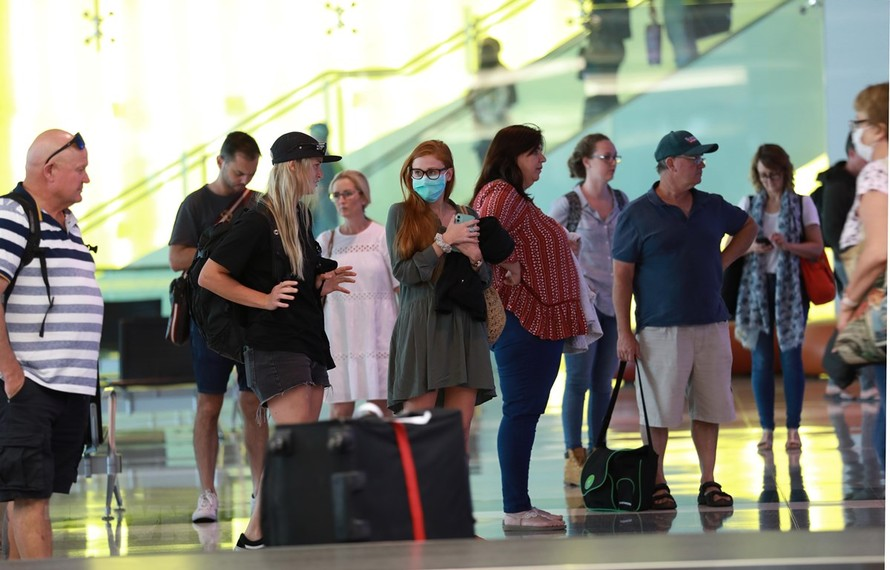 Hành khách đeo khẩu trang để phòng tránh lây nhiễm COVID-19 tại sân bay Canberra, Australia, ngày 16/3/2020. (Ảnh: THX/TTXVN)