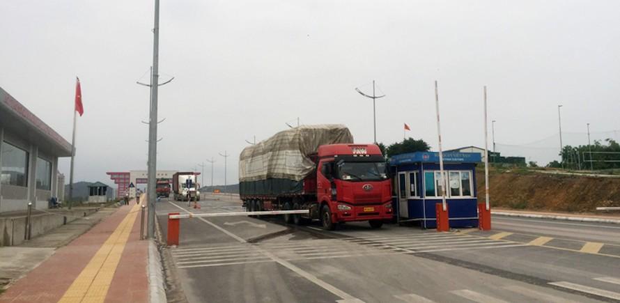 Xe chở hàng hóa xuất khẩu quan cầu Bắc Luân II