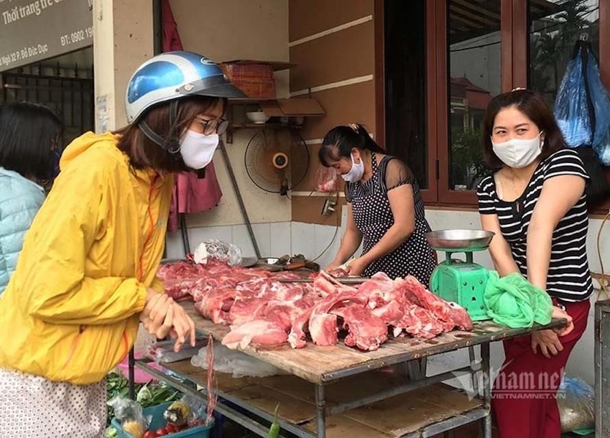 ại các chợ ở Hà Nội, dù có phần ế ẩm hơn trước nhưng giá thịt lợn vẫn khá đắt đỏ