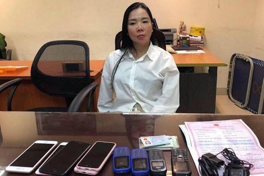 Nguyễn Thị Mai Anh cùng các tang vật bị thu giữ.