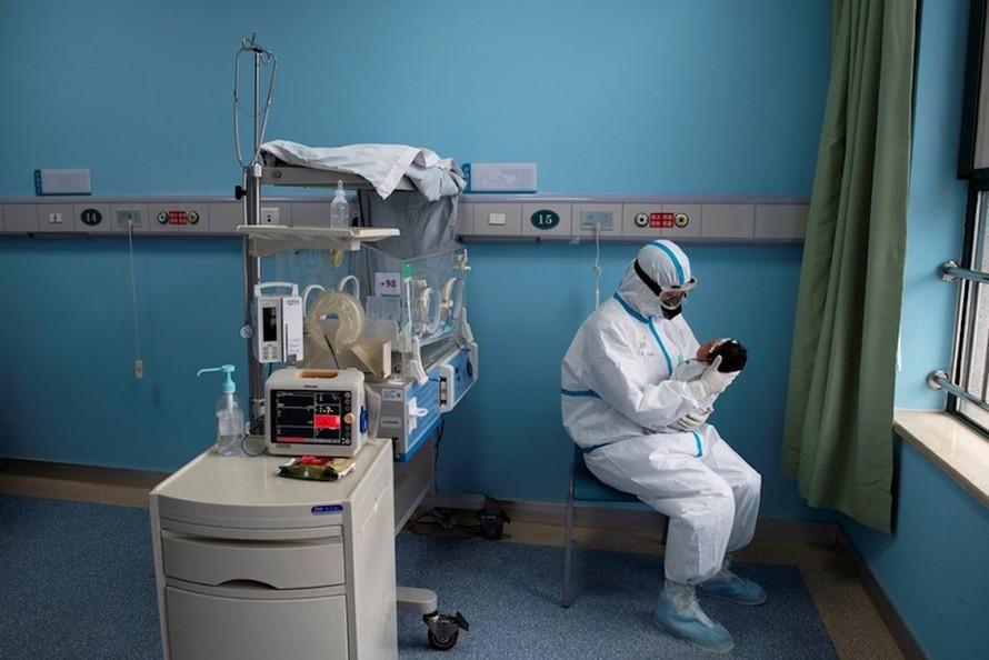 Nhân viên y tế chăm sóc một trẻ sơ sinh nhiễm virus corona tại Bệnh viện Nhi Vu Hán hôm 16/3. Ảnh: Reuters.