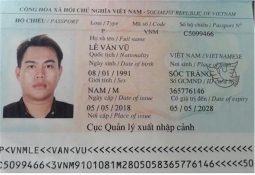 Hộ chiếu của anh Lê Văn Vũ trình báo trước khi trốn khỏi khu cách ly tập trung. (Ảnh: Lê Đức Hoảnh/TTXVN)