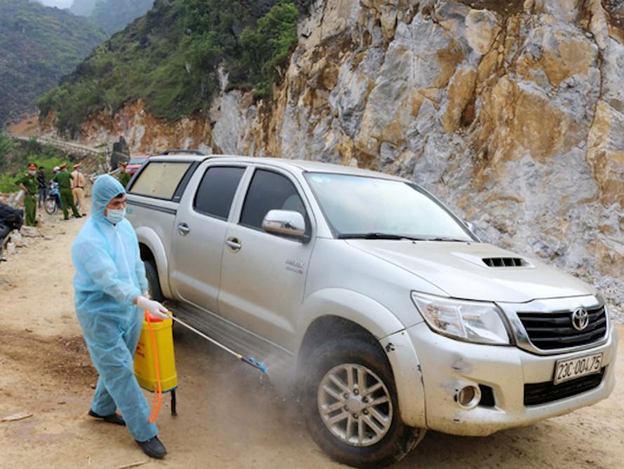 Các phương tiện đi từ địa bàn huyện Đồng Văn được phun khử khuẩn.