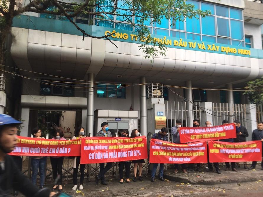 Khách hàng Tòa chung cư Sky Central căng băng rôn tại trụ sở Công ty HUD1 (168 Giải Phóng, Hà Nội) yêu cầu đối thoại nhưng không được tiếp.