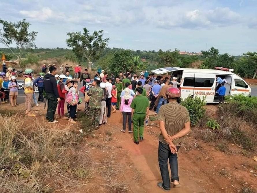 Cuộc giải cứu hai cháu bé bị cha mẹ nhốt trong nhà nhiều ngàyđã được lực lượng công an và người dân địa phương thực hiện thành công. (Ảnh: Báo Người Lao Động)