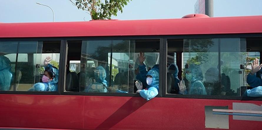 Các công dân Việt Nam từ Đức và Tây Ban Nha trở về nước tại sân bay quốc tế Đà Nẵng.