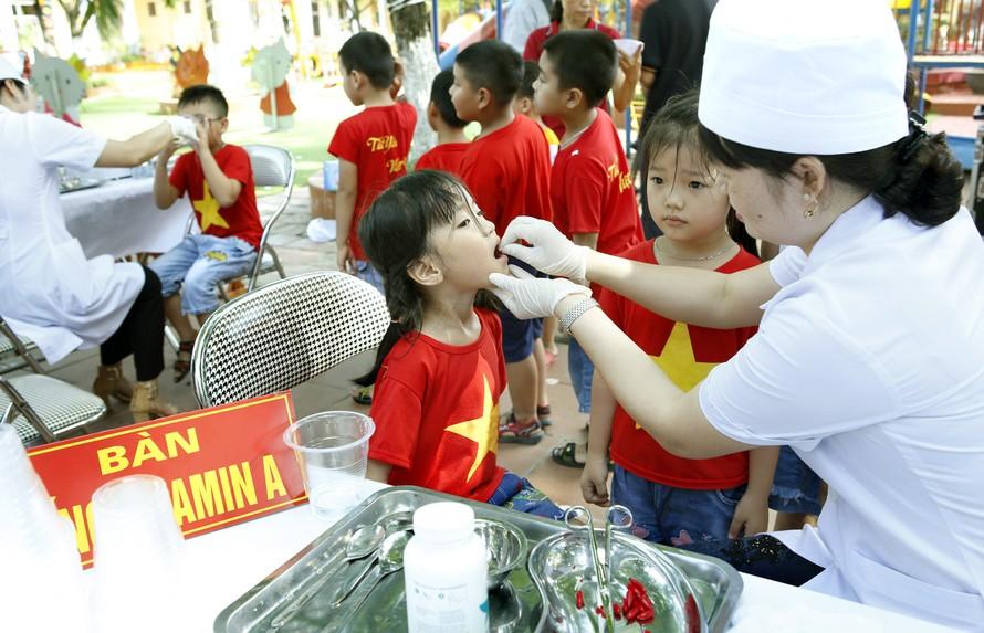 Trẻ được bổ sung vitamin A phòng chống thiếu vitamin A tiền lâm sàng.