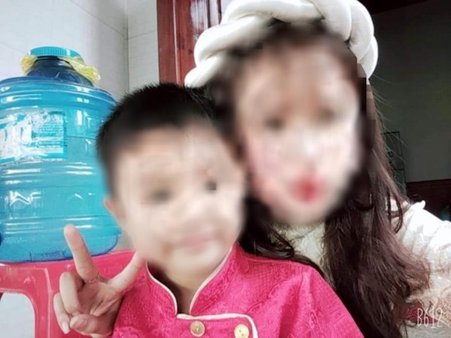 Bé Hồ Trần V.Đ. và chị gái.