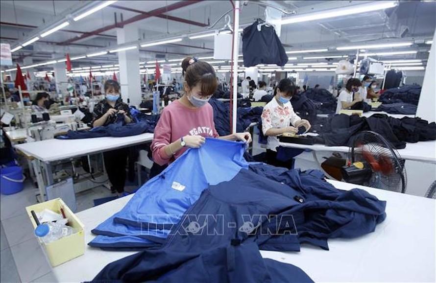 Sản xuất sản phẩm may mặc tại Công ty cổ phần may và dịch vụ Hưng Long (huyện Mỹ Hào, Hưng Yên). Ảnh: TTXVN