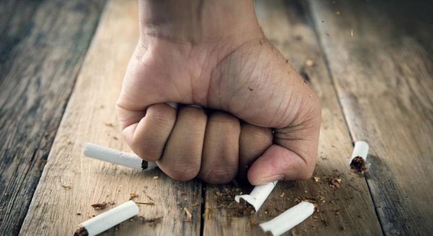 Một số người thường gặp phải nhiều thay đổi khó chịu về thể chất, tinh thần sau khi bỏ thuốc lá. (Ảnh minh hoạ)