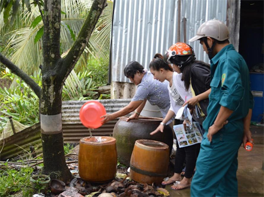 Vệ sinh nơi ở, môi trường xung quanh để phòng chống sự bùng phát của dịch bệnh.